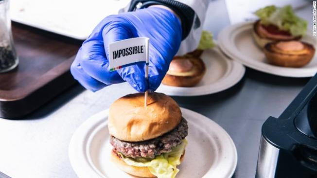灣區紅木城人造肉初創公司Impossible Foods產品供不應求,出貨速度趕不上訂單增加的速度。(電視新聞截圖)