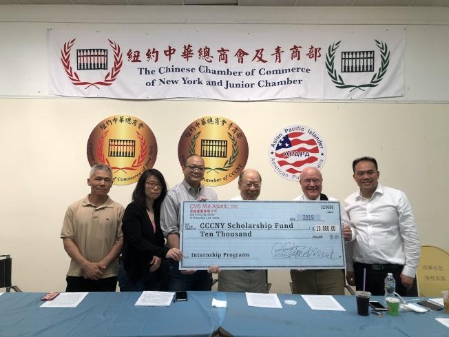 柏西(右二)向實習項目捐贈1萬元。(記者金春香/攝影)
