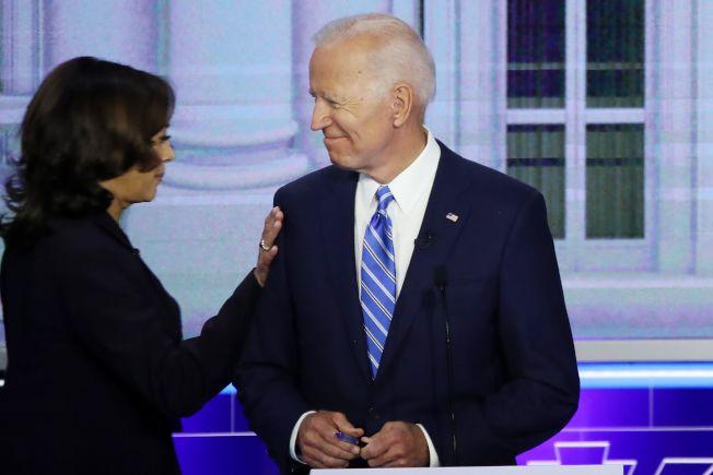 參選2020年總統大選的前副總統白登說,有女性副總統很棒;但未指明是否和賀錦麗搭檔。圖為聯邦參議員賀錦麗(左)在民主黨初選辯論時,和白登打招呼。(Getty Images)