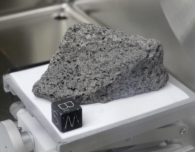 阿波羅17號太空船取回的月球岩石,估計有35億年。(美聯社)