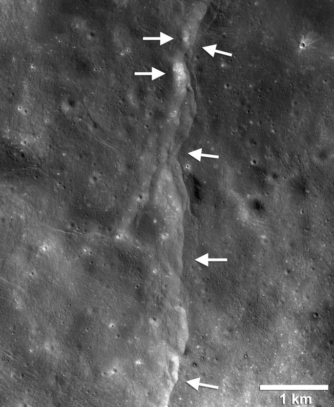 美國探測器近距離拍攝的月球表面斷層陡坡。(路透)