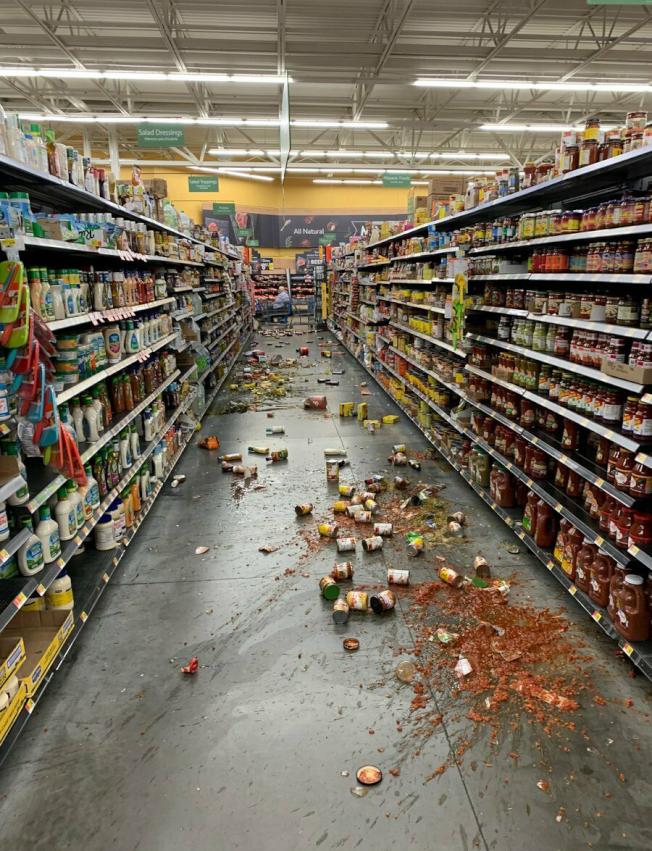 不在震央區的宇卡谷沃爾瑪貨物跌落走道。(美聯社/消防員提供)