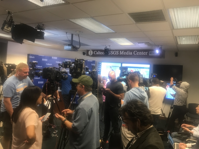 美國地質勘探局和加州理工學院5日晚舉行地震新聞發布會。(加州理工博士後王新提供)