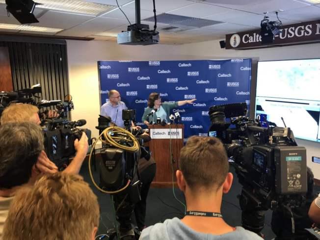 設在加州理工大學的美國地震預測中心在5日晚7.1級地震後緊急召開記者會,並現場示範預警系統。(李若提供)