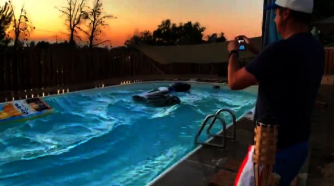 《路透》提供影像可見,地震當時民宅泳池水強烈搖晃、掀起大浪,讓拍片者頻頻驚呼。路透/TWITTER @RYLXAN