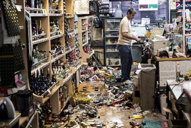 南加州強震過後,商店內一片狼藉,6日上班的店員準備清理。(歐新社)