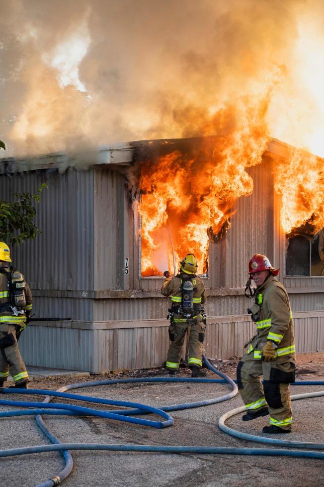 強震造成震央附近民宅發生電氣火災,消防員6日忙著撲滅。Getty Images