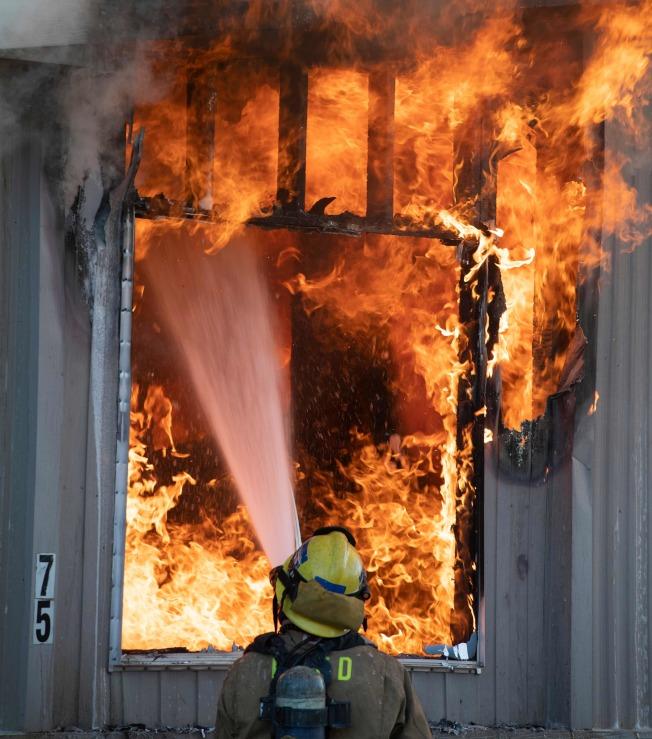 南加州5日晚間出現規模7.1強震,引發多起火災。圖為消防員在里奇克萊斯特撲救火災。(Getty Images)