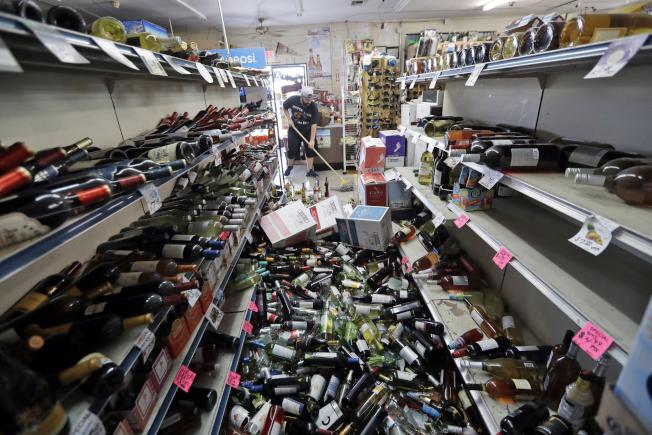 南加州5日晚間發生規模7.1強震,里奇克萊斯特一家酒莊陳列的酒類,在強震中倒下砸得粉碎。(美聯社)