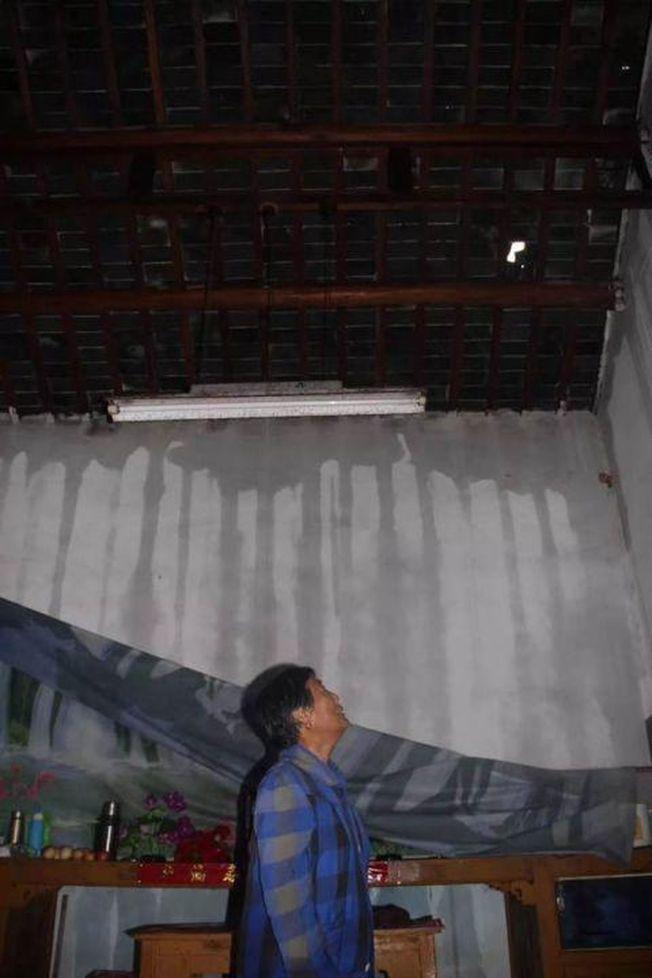 冰雹將屋頂打穿。(取材自江蘇新聞廣播)