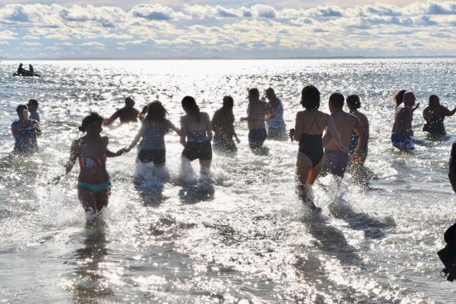 康尼島夏季暑假迎來眾多人潮,市警呼籲民眾要把貴重物品攜帶在身上、或是交由信任的人保管。(本報檔案照)