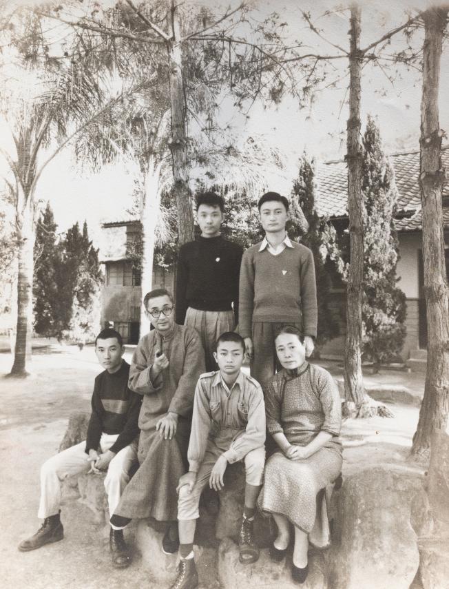 莊嚴(前排左二)全家在霧峰北溝。(陳立凱/翻攝)