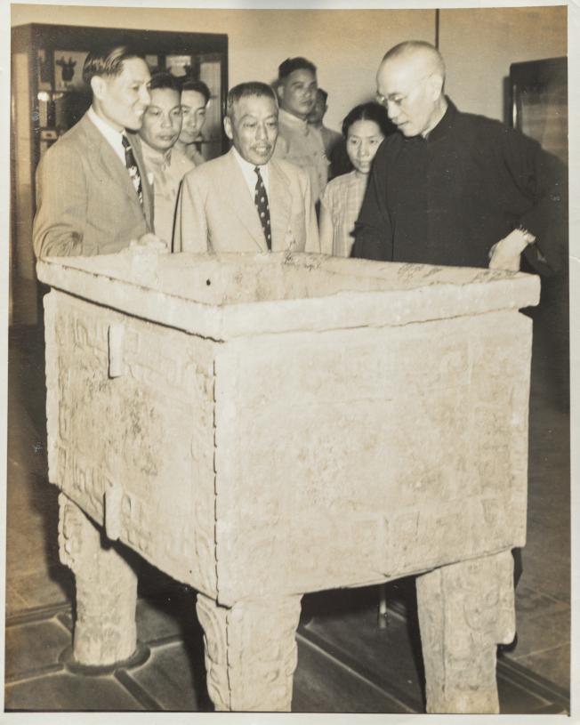 蔣介石(右)親自看著運到台灣的國寶。(陳立凱/翻攝)