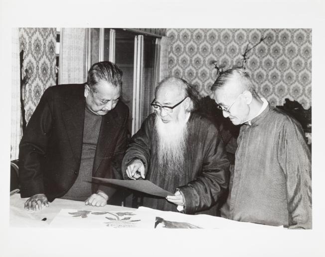 莊靈攝下父親莊嚴(右)和臺靜農(左)、張大千(中)一起欣賞字畫。(陳立凱/翻攝)