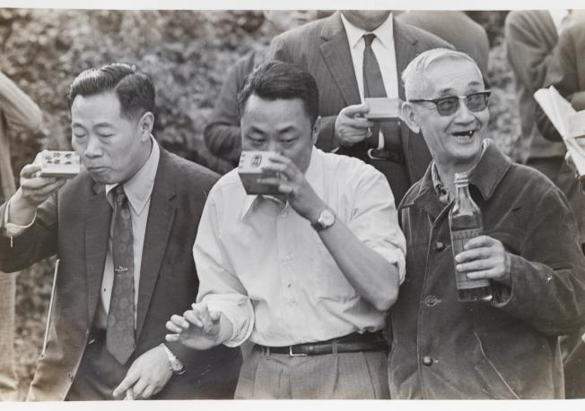 莊靈攝下父親莊嚴(右)與台北文友一起曲水流觴。(陳立凱/翻攝)