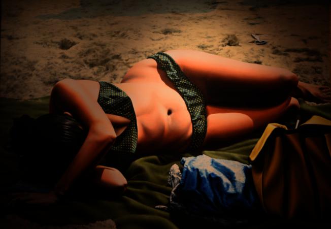 陳昭宏畫作《沙灘少女》,1981年。(許振輝/攝影)
