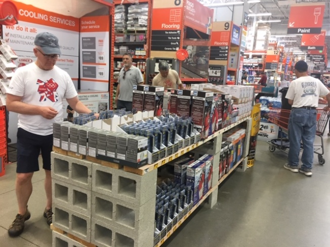 Homedepot等商家6日起緊急設立地震物資專櫃,方便民衆快速採購。(記者楊青/攝影)
