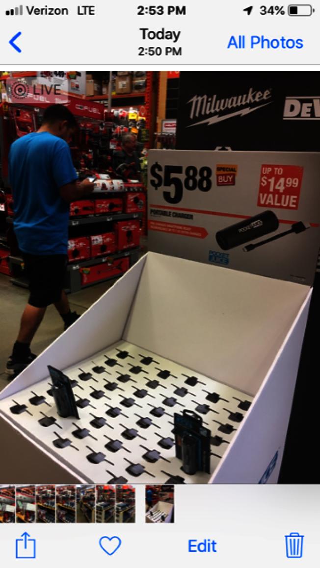 許多店家的便攜式充電器搶購一空。(記者楊青/攝影)