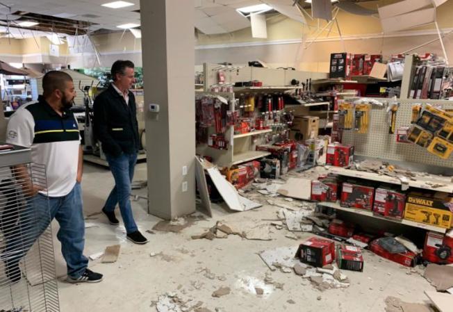 紐森州長視察里奇克萊斯特一家受損商店。(加州急難局提供)