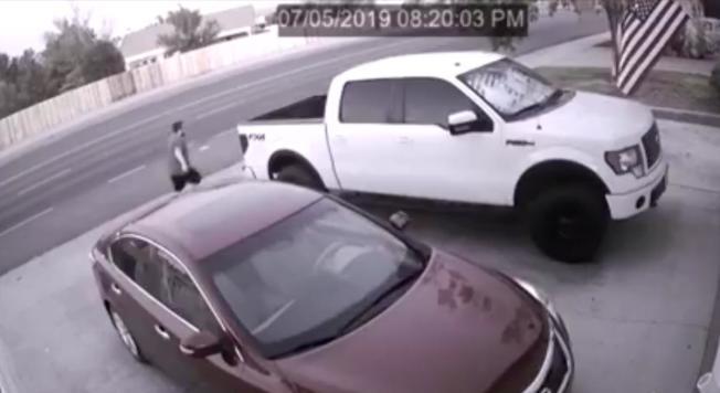 車道上的一輛轎車與一輛貨車,有如果凍一般強烈搖晃。(監視器畫面)