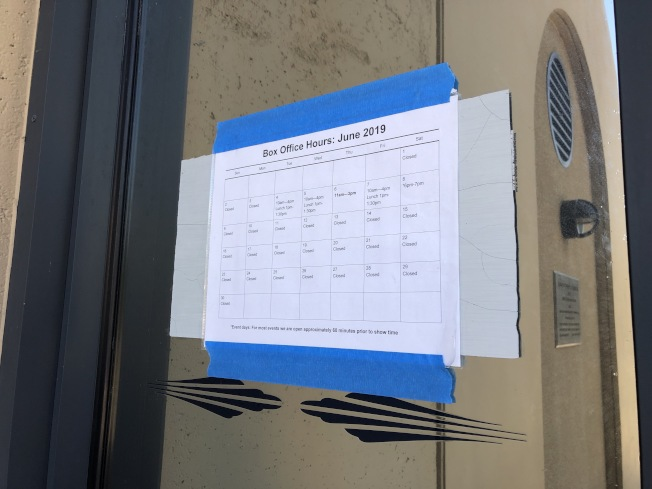 Flint Center門上還貼著6月的營業時間,但中心已從7月1日開始永久關閉。(記者林亞歆╱攝影)