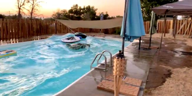 南加州5日晚間發生規模7.1強震,瑞吉克萊斯特居民家中的游泳池,被地震震波掀起大浪。(路透)