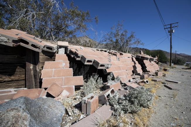 南加州在兩天內連續遭遇大震,圖為瑞吉克萊斯特民宅的圍牆在強震中倒塌。(歐新社)