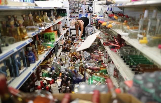南加州5日晚間發生規模7.1強震,瑞吉克萊斯特一家酒莊陳列的酒類,在強震中倒下砸得粉碎。(美聯社)