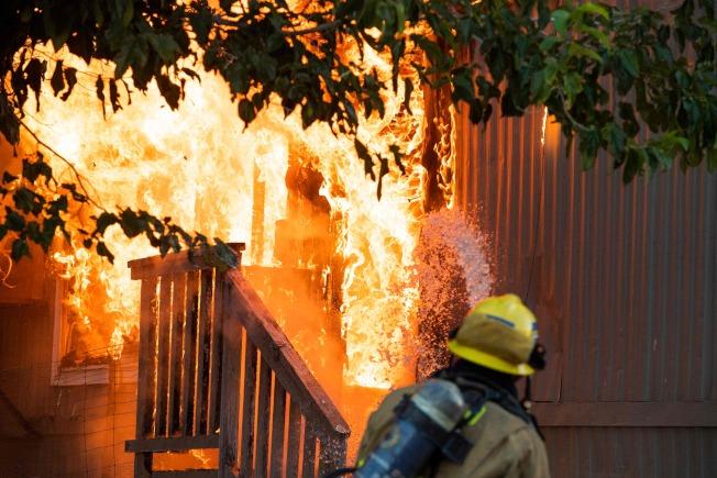 南加州5日晚間出現規模7.1強震,引發多起火災。圖為消防員在瑞吉克萊斯特撲救一起火災。(Getty Images)