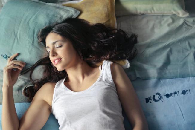 睡覺時冷氣不要衝著人吹,避免風寒入侵,溫度也不宜太低。(取材自pexels)