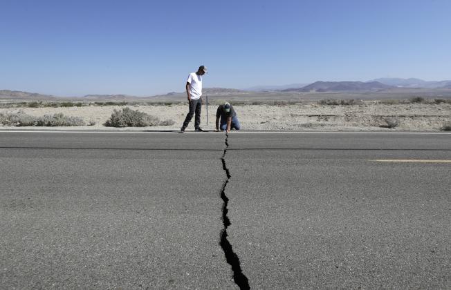 這次地震使里奇克萊斯特外圍的178公路裂開一條長隙。(美聯社)