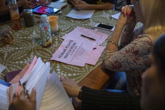 各地移民維權組織都動員起來教導社區內無證移民如何應付上門的移民局探員。圖為在芝加哥人權組織的「ICE禁區」內舉行協調會議。(美聯社)