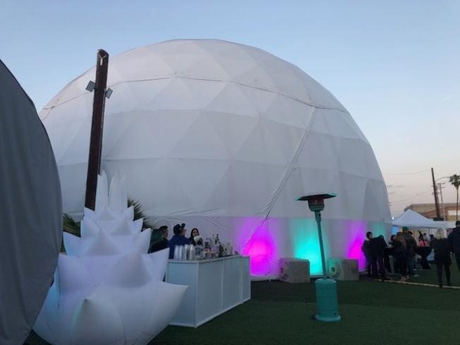 Wisdome LA在洛杉磯藝術區搭建了四五枚蛋狀表演棚。(記者張宏/攝影)
