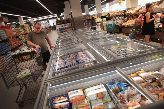 連鎖廉價超市Aldi有許多健康產品,使得許多營養師趨之若鶩。圖為顧客在芝加哥一座Aldi超市採購。(Getty Images)