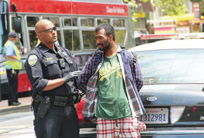 警方現場拘捕的一名嫌犯。遇襲的中國遊客也指認此人。(記者李晗╱攝影)