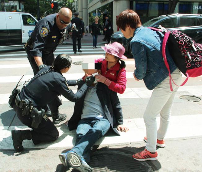 三名遊客在金山鬧市之中遇襲。(記者李晗╱攝影)