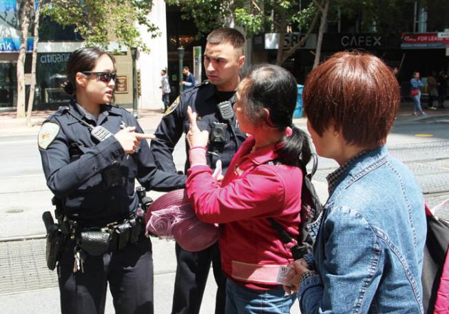 由於遊客不通英文,中央分局的華語警員在場用中文協助。(記者李晗╱攝影)