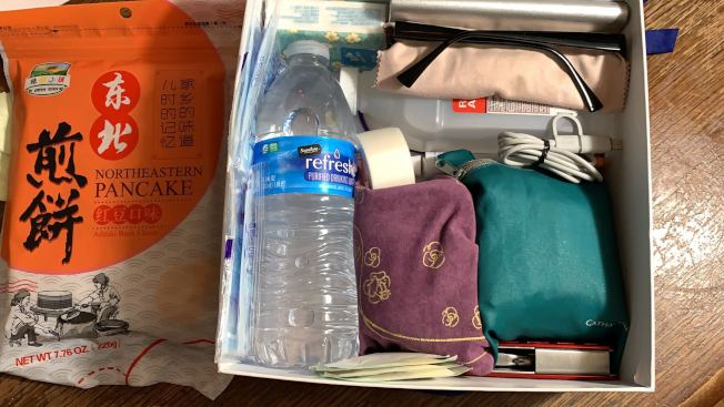 東灣多個城市在海沃斷層上。海沃市居民吳欣自製簡易地震包,包含充電器、軍工刀等物品。(記者劉先進/攝影)