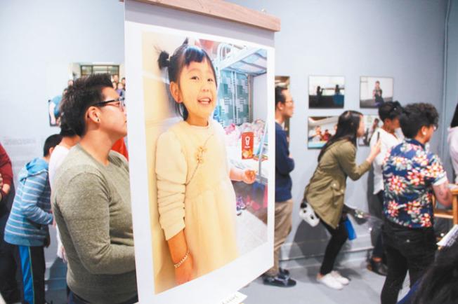 由華人權益促進會、中華文化中心以及舊金山藝術委員會共同推出的「歲月心聲:家」(Our Intergenerational Stories:Home)藝術展覽,在華埠舊呂宋巷41 Ross畫廊開幕。展覽的作品來自七個在華埠居住的華裔移民家庭,他們在華促會的口述攝影班培訓之後,記錄了生活的點滴。這些聲音和照片的作品,講述了他們的移民故事、家人以及孩子的期望與夢想。如今這些作品集結在畫廊展出至8月初。(圖與文:記者李晗)