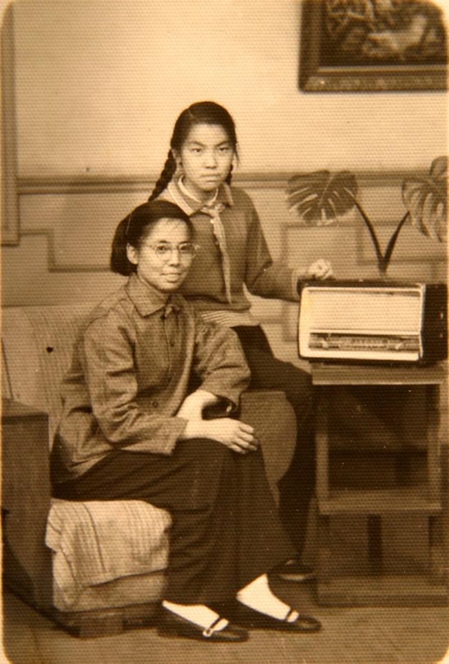 作者初中畢業時與母親的合照。
