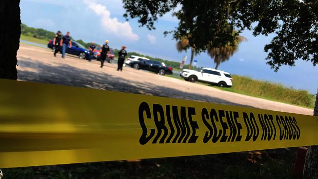 美國佛羅里達州一名男子,日前在湖邊吃早餐時,驚見10隻鱷魚將屍體大卸八塊。圖擷自abc action news