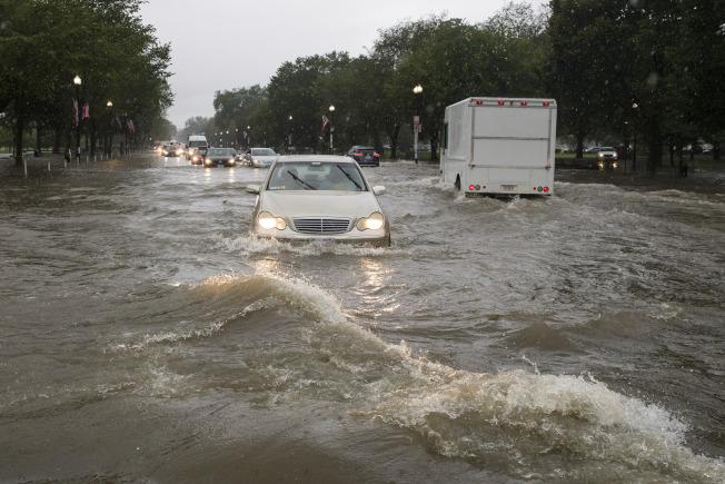 華府8日早上一場大雨造成淹水。圖為華盛頓紀念碑附近的道路積水。美聯社