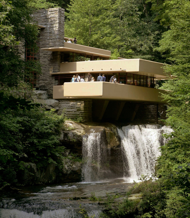 萊特於20世紀上半葉設計的賓州落水山莊,遊客在懸臂式露天平台欣賞景色。(美聯社)