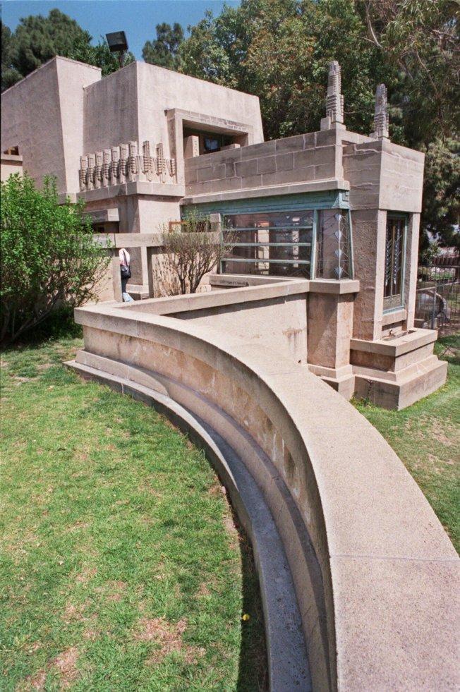 萊特設計的八棟建築7日被列入世界遺產,圖為洛杉磯蜀葵屋外部景觀。(美聯社)