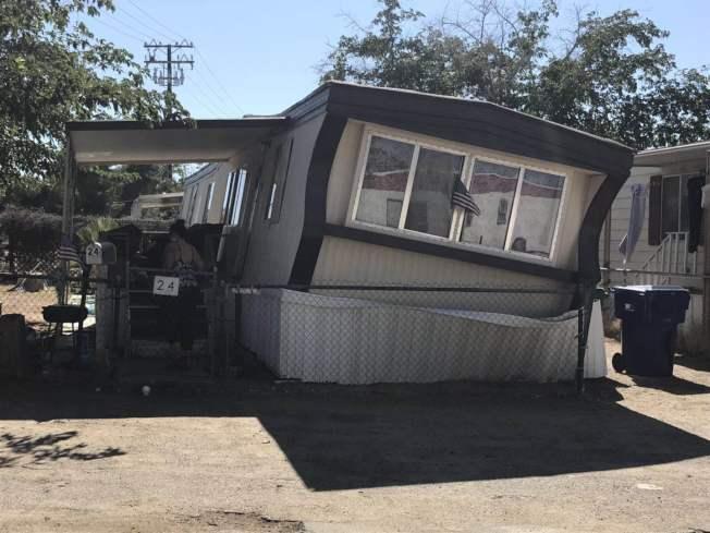 震央Ridgecrest當地的一棟活動屋在地震中受損而嚴重傾斜。(讀者提供)