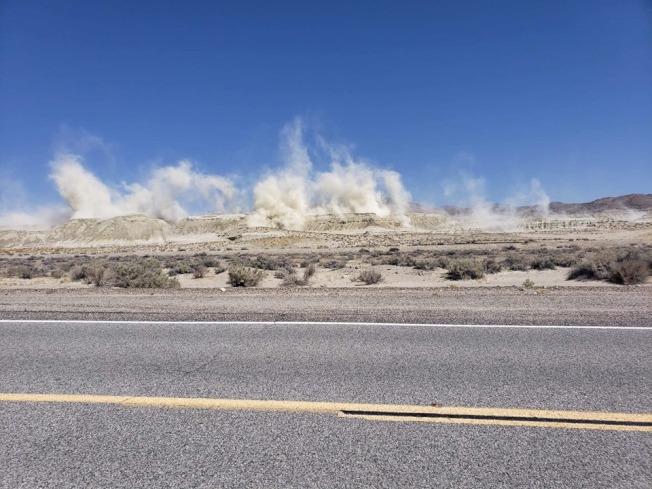 Ridgecrest大地震發生後,已發生數千次餘震,圖為餘震發生當下,在沙漠中激起漫天塵土。(取自The Next California Earthquake網站)