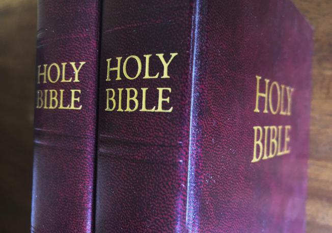 川普總統最近威脅要對包括聖經印刷物在內的所有中國進口品加徵關稅,如果成真將導致美國的聖經短缺。(美聯社)