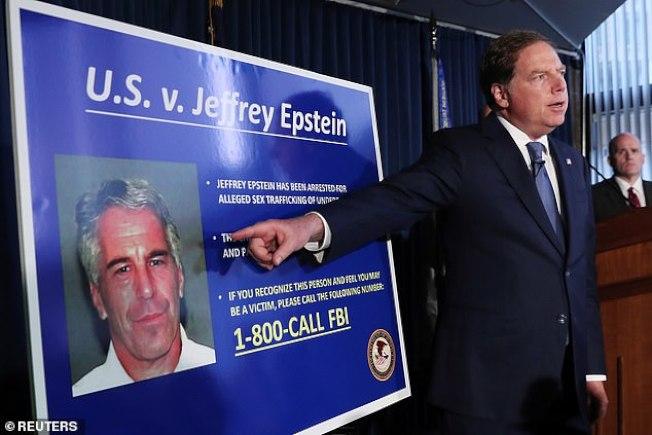 紐約南區聯邦檢察官8日在記者會上宣布艾普斯坦涉嫌多年來侵犯未成年女孩的悪行。(美聯社)