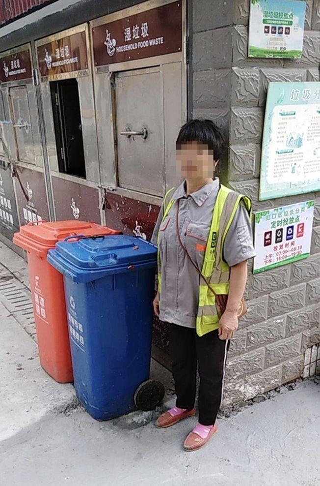 被掐暈的垃圾分類指導員。(取材自澎湃新聞)