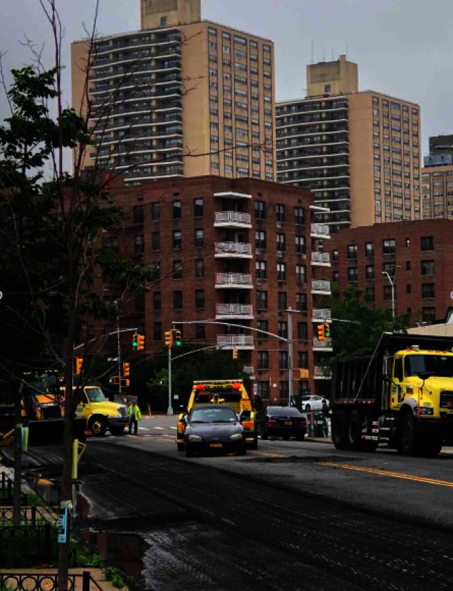 DOT重鋪路面,社區街道變成大型拖車現場。(記者劉大琪/攝影)